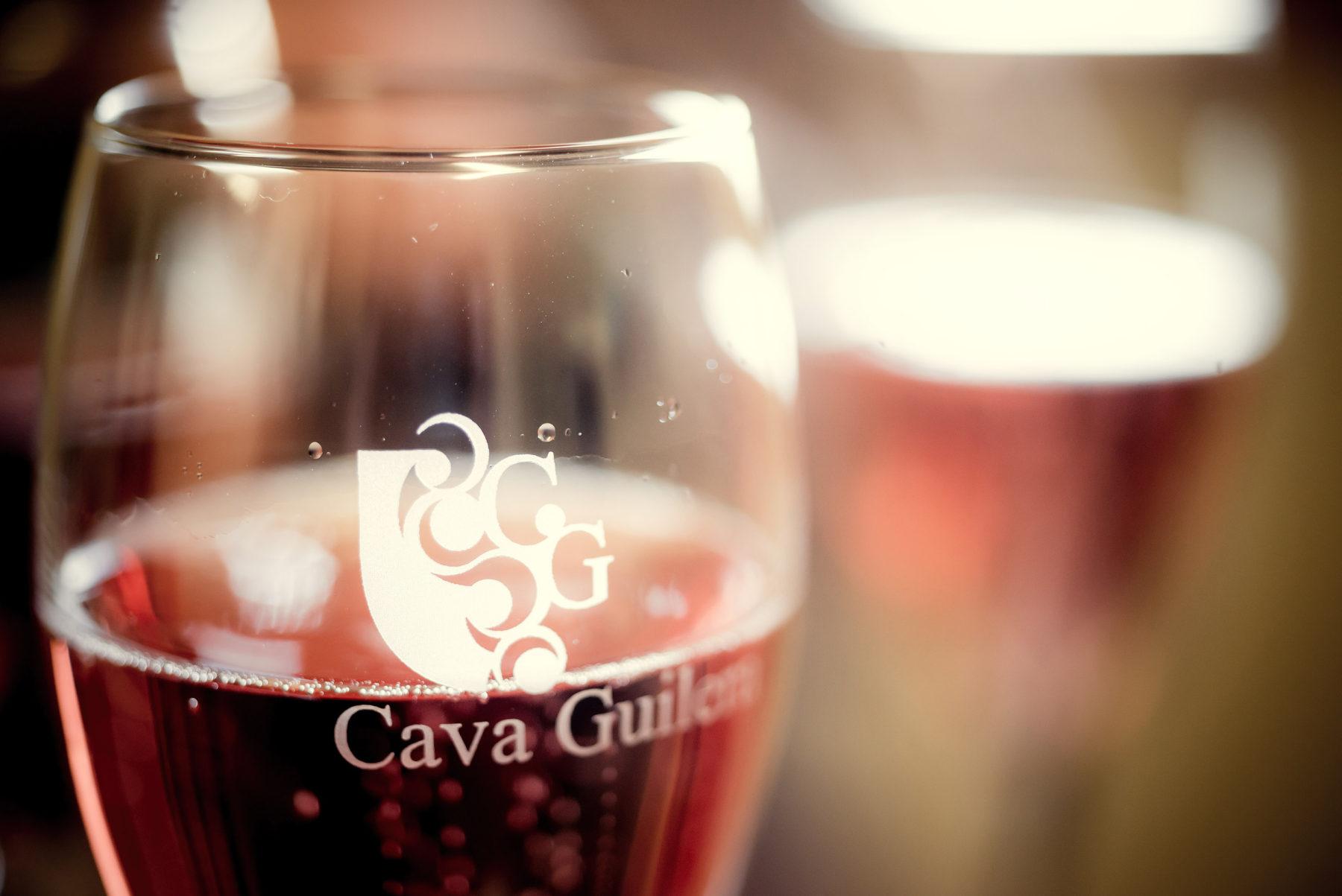 Detalle de una copa de cava rosado. En la propia copa se lee Cava Guilera.